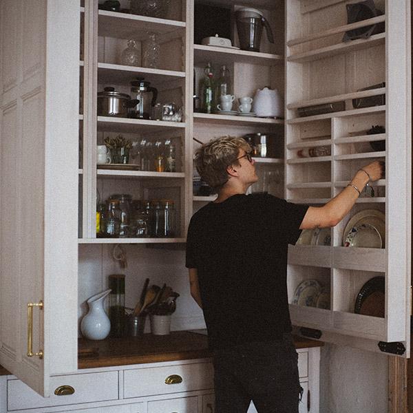 T123 FAQ - Mann vor individuell erstelltem Möbelstück